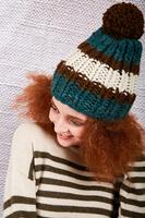 Cappello a benzina e pom pom in lana e cioccolato image